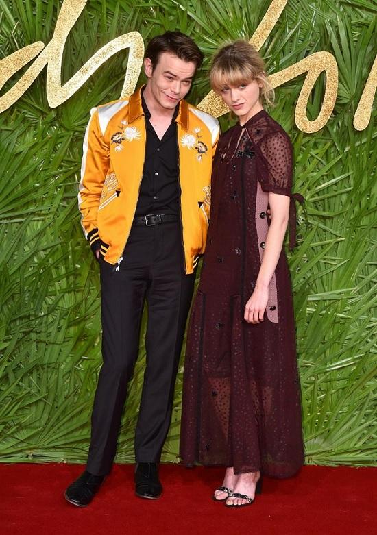 charlie_heaton_and_natalia_dyernaikrasze-vbrannya-z-fashion-awards-2017.jpg (193.15 Kb)