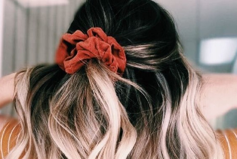 Широка гумка для волосся знову в тренді